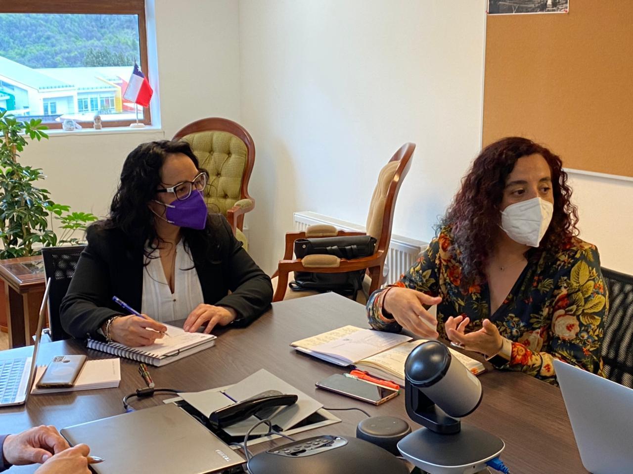 Gobernadora Andrea Macías y rectora Natacha Pino acuerdan trabajo para apoyar la participación ciudadana en el proceso constituyente